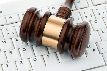 Richterhammer und Tastatur.