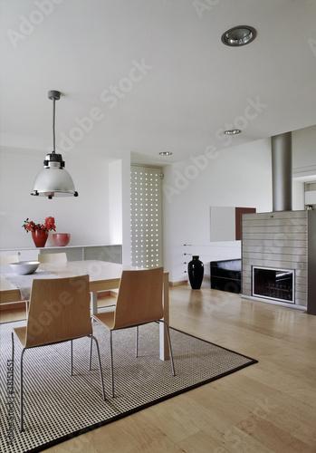 Moderna sala da pranzo con camino e parquet immagini e for Sala con camino