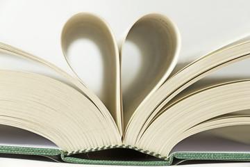 Pagine di libro a forma di cuore