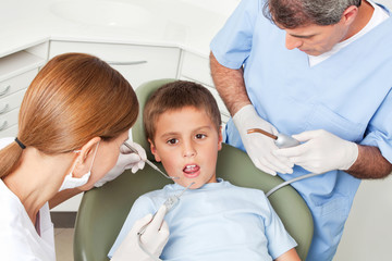 Kind bekommt Zahnbehandlung von Zahnärztin
