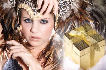 Junge Beauty Frau mit Federn Kopfputz blickt cool, Geschenk