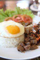 Keuken foto achterwand Gebakken Eieren roast beef with black pepper and fried egg on rice