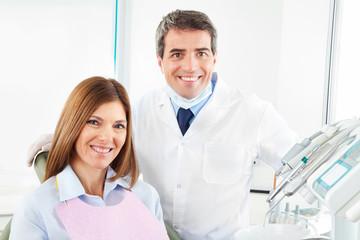 Glückliche Frau beim Zahnarzt