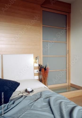 camera da letto moderna con boiserie\