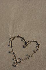 Corazón dibujado en la arena de la playa