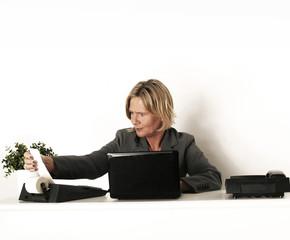 Geschäftsfrau mit Rechenmaschine