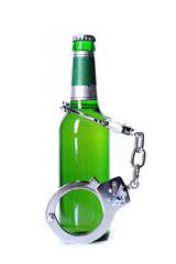Handschellen und Bierflasche