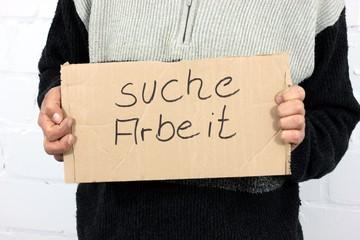 """Mann sucht Arbeit Schild """"suche Arbeit"""" freigest."""