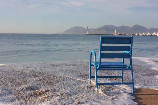 sur la plage de cannes, chaise bleu