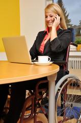 Frau im Rollstuhl im Büro