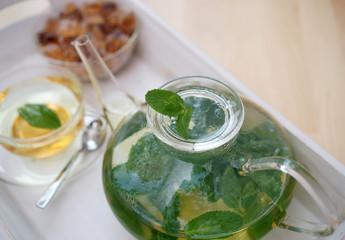 Tee mit frischer Pfefferminze und Kandiszucker