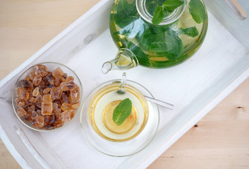 Teeservice mit frischem Minztee