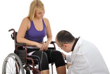 Junge Frau im Rollstuhl mit Arzt