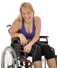 Junge Frau im Rollstuhl lacht