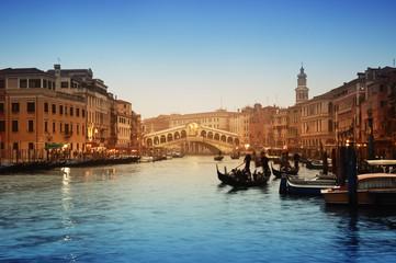Spoed Fotobehang Venetie Rialto Bridge and gondolas in Venice.