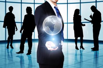 Mann vor Office-Hintergrund mit Globus-Projektion