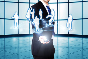 Mann zeigt Projektion eines Business-Netzwerks