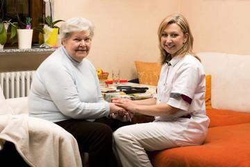 Altenpflegerin macht Hausbesuch bei Seniorin 2
