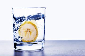 Banane im Wasserglas