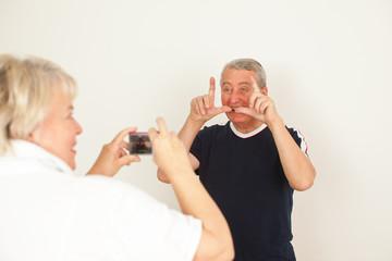 Senioren Fotografieren sich selber