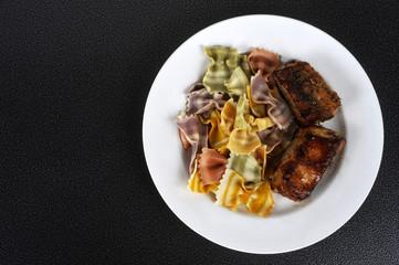 assiette travers de porc pâtes italiennes