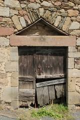 vieille porte avec arc de décharge.