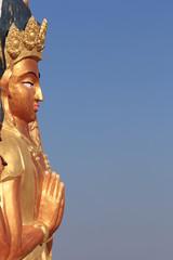 Скульптура Будды Шакьямуни на фоне