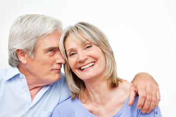 Lachendes verliebtes Seniorenpaar