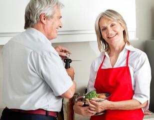 Seniorenpaar beim Kochen