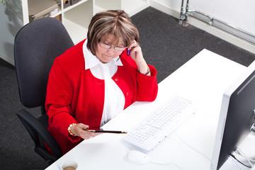 ältere Frau beim arbeiten