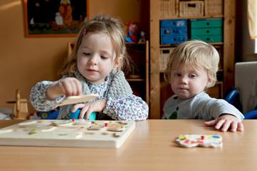 Kinder mit Puzzle