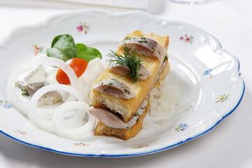 Matjes zwischen geröstetem Brot mit Sauerrahm