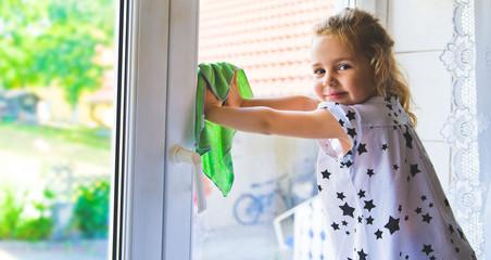 kind beim Fensterputzen