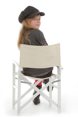 fillette posant avec vêtements hiver sur chaise régisseur