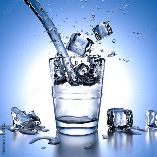 verre d 39 eau avec gla ons photo libre de droits sur la banque d 39 images image 38873812. Black Bedroom Furniture Sets. Home Design Ideas