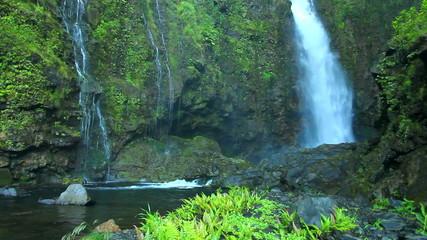 Wall Mural - Waterfall in Hawaii