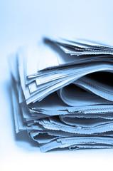 Periódicos amontonados, azul