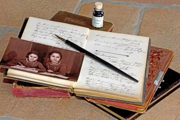 Altes Foto: Schulmädchen beim Schreiben (Erinnerung)