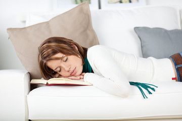 junge frau schläft auf dem sofa