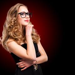 junge blonde Frau mit Nerdbrille