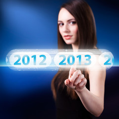 junge Frau drückt 2013 Button