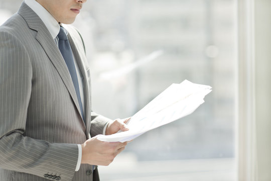 書類を見るビジネスマン