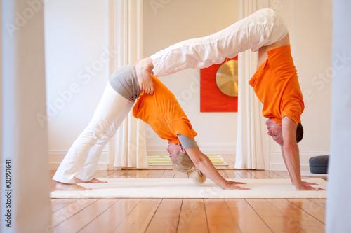 yoga bung der hund stockfotos und lizenzfreie bilder. Black Bedroom Furniture Sets. Home Design Ideas