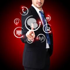 Geschäftsmann wählt Chat als Kommunikationskanal aus