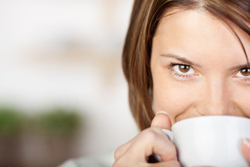 portrait einer lächelnden frau mit kaffee