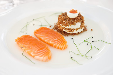 Salmon fillet with bread and caviar