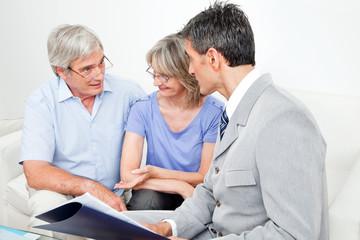 Fachberater im Gespräch mit Senioren