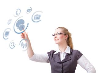 Geschäftsfrau wählt Chat als Kommunikationskanal aus