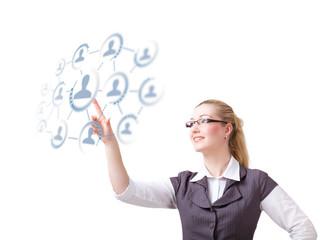 Geschäftsfrau wählt aus sozialem Netz eine Person aus