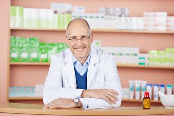 ein lächelnder apotheker